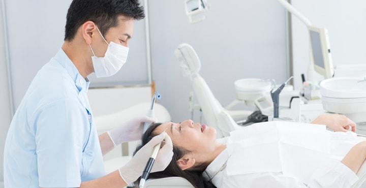 歯を治療する歯科医師