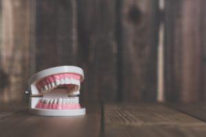 インプラント治療者はアイコスを吸える?歯や歯茎への影響は?